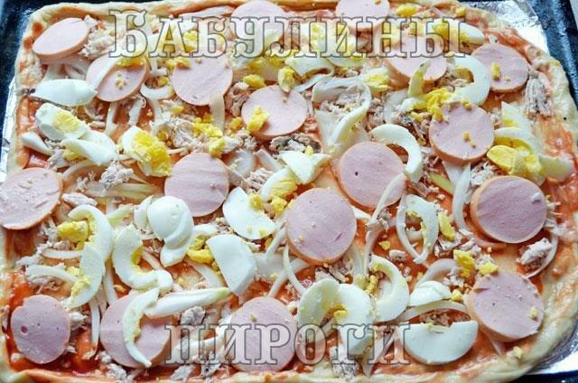 добавляем яйца и колбасу