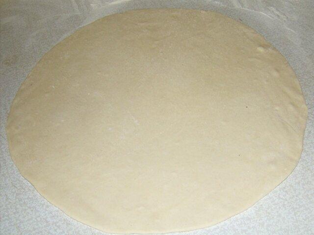 Раскатать тесто для приготовления плацинды